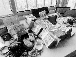 缴获的部分赃物。 本报特约记者 冯忠海 记者 李丹 摄