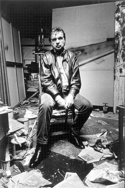 弗朗西斯·培根(1909-1992年)  出生于爱尔兰都柏林,成长于英国。1927年培根前往巴黎,参观了美术馆,因此对绘画产生了兴趣。他喜欢畸形和病态的主题,最擅长运用多变的技法以有力笔触表现人物形象的孤独、野蛮、恐怖、愤怒和兴奋。1992年,在西班牙马德里去世。