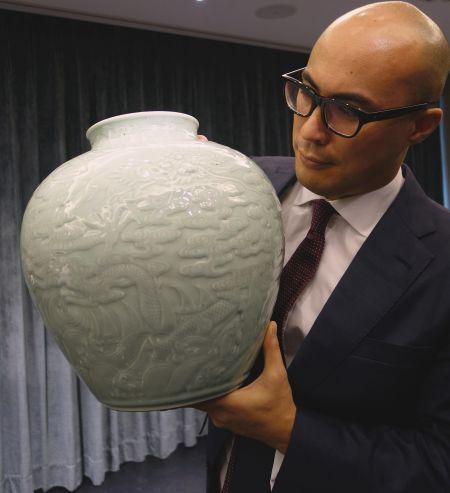 乾隆御制粉青釉浮雕龙纹罐(预料成交价逾8,000万港元/1,030万美元*)