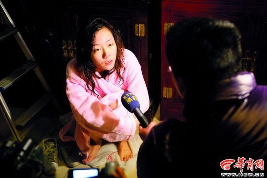 苏紫紫在水温22℃的鱼缸里拍摄,中途接受台湾东森电视台的采访时,冻得瑟瑟发抖。