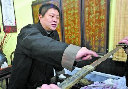 图一:陈玉泉在为藏友鉴定藏品