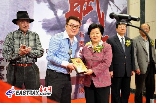 上海市政协副主席吴幼英向石墨颁发捐赠证书。