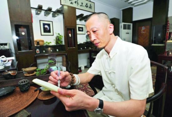 杨曦正在进行玉雕创作。 □记者姚永强摄