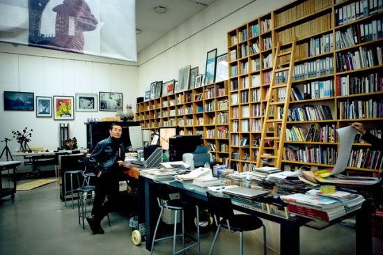 拥有一个长12米,高5米的大书架的工作室是隋建国全部生活的中心枢纽站,卧室、车间、客厅,似乎整个生活都是围绕着它展开的