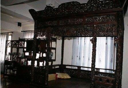 古董家具紫檀木床榻,是赵忠祥非常钟爱的家具之一,圈内也有很多人是紫檀木迷,譬如成龙,全屋都是紫檀木。