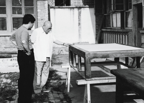 上世纪90年代中期,田家青(左)与王世襄先生观看一件年代很早的黄花梨榻