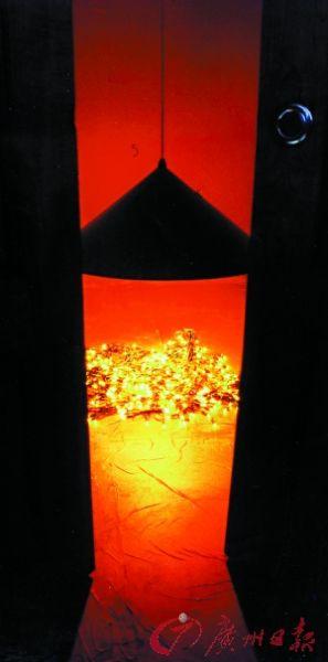 2000年,灯照灯在上海展出现场 。