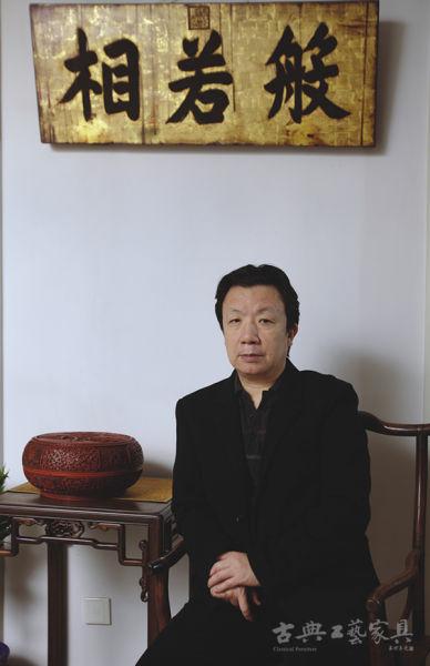 拍照前,邹静之小心翼翼地将漆器捧盒放到木几上,他说这是对旧家具的尊重。