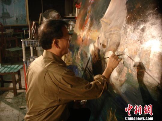 2月16日,台湾画家杨炳辉正在创作郑成功史画海战画面。 陈立宇 摄