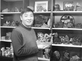 """利用手柄雕刻机,马和成雕刻了一个""""马踏飞燕""""。"""