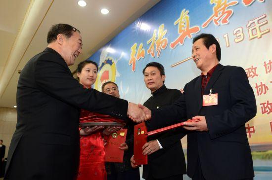 全国政协副主席苏荣为言恭达先生颁发证书
