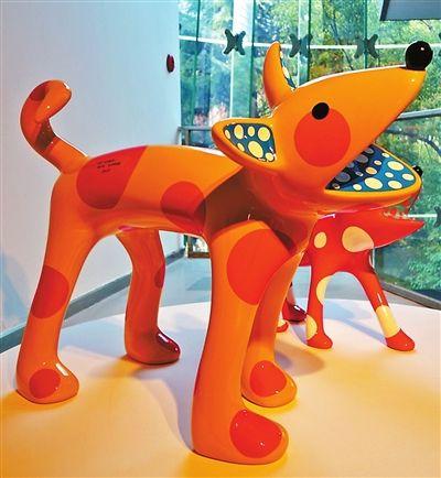 糖果色波点《小狗》系列雕塑,备受年轻人追捧。草间弥生给每只小狗都起了名字