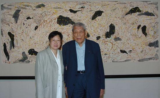 朱德群与夫人在吴冠中的画前 高国强 图