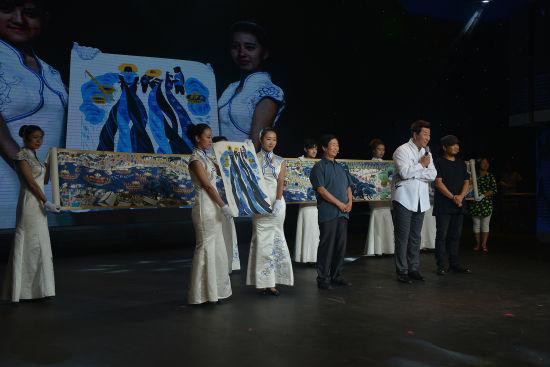 陆永忠、雒志俭展示农民画作品