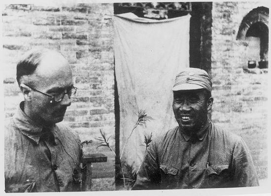 1939年9月底,太行山朱德司令部门前,朱德同林迈克(左)交谈