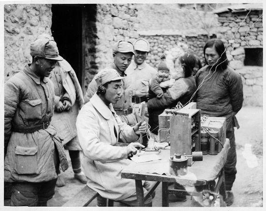 林迈可夫人李效黎(右一)和冀中无线电技术人员在冀中军区电台,1943年 林迈可作品