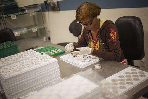 质检员在西点铸币厂检验金银币(路透社资料图片)