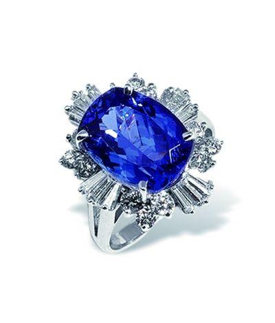 蓝宝石镶钻铂金戒指