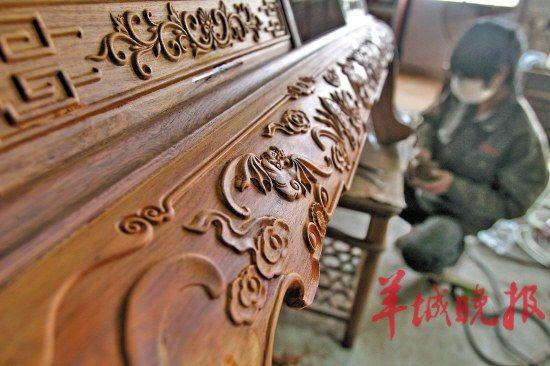 红木家具雕刻 图/东方IC