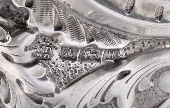 (1910年制银壶一对,估价人民币75000元,狮子、皇冠等标记清晰可见)