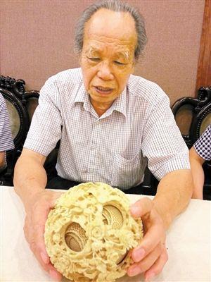 """83岁的""""国宝级""""牙雕大师李定宁讲述象牙球的前世今生。"""