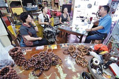 海口古玩市场的降真香交易。陈卫东 摄