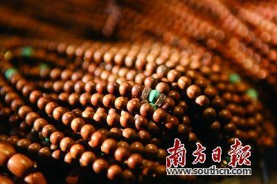 沉香串珠成为大众时尚饰品,还兼具艺术价值和收藏价值。