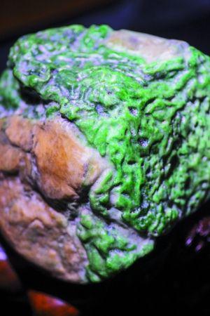剥开表皮的翡翠原石。