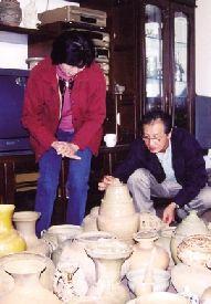 郭琳山、嵇锡贵夫妇在研究瓷器。(资料图片)
