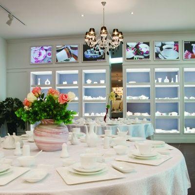 景德镇陶瓷股份有限公司的国瓷馆展厅一角-国瓷红叶的艺术化转型