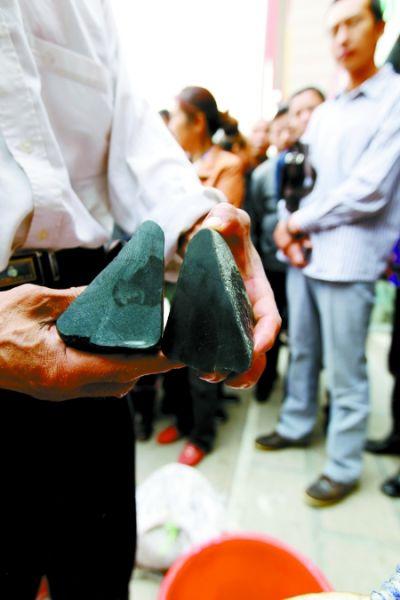 这就是那块开出28万元的墨翠的石头