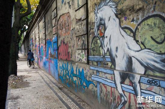 2011年8月26日里约热内卢:涂鸦之城这是8月25日拍摄的巴西里约热内卢植物园附近一条绵延数百米的涂鸦墙。
