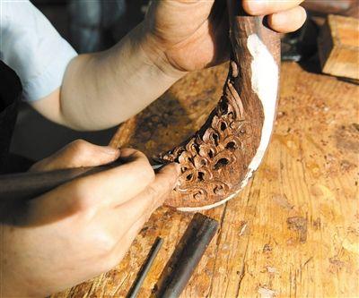由于海南黄花梨大料基本绝迹,目前均采用一些旧家具老料制作,在元亨利的工厂内,老工人会经过多道工序制作海南黄花梨家具。