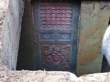 雕刻著精美圖案的門窗。