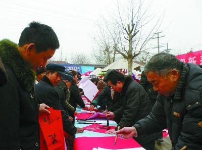 癸巳年春节期间,河南省永城市茴村的书法家和书法爱好者为村民义务书写春联。寇超杰 摄