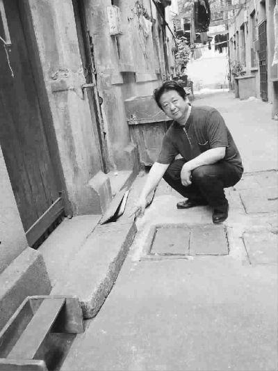 """王毅指著條石上方鐫刻的""""BCLOT""""英文字樣說,這是以前英租界的界碑。張昕光 攝"""