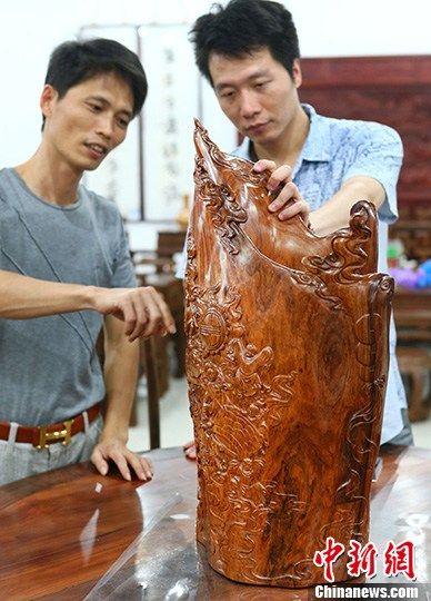"""9月15日,在南京夫子庙秦淮古玩城举办的""""红运传世""""红木家具展示会上,一只售价高达16万元的大笔筒吸引了不少参观者的目光。中新社发 泱波 摄"""