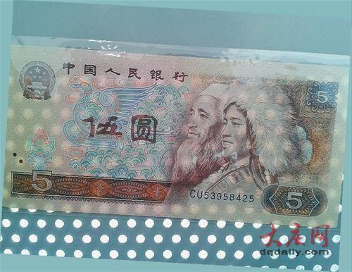 """這張紙幣大寫的""""伍""""字缺了一角,露出鳳凰的翅膀。"""