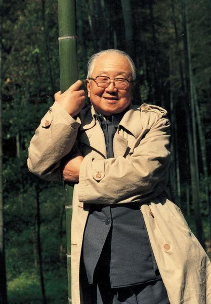 """20世纪80年代初,启功先生在杭州抱着竹子拍照留念。启功先生称之为""""抱竹图""""。"""