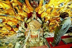 800歲千手觀音塑像重貼金箔如孔雀開屏