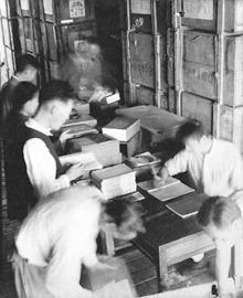 工作人员整理古籍