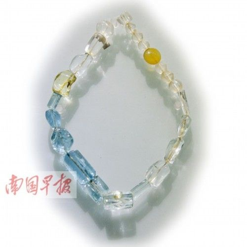 这串珠饰中的4颗海蓝宝石,曾被长期误认为是浅蓝色水晶。
