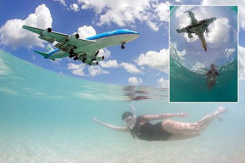 在水中拍到大型喷气式飞机