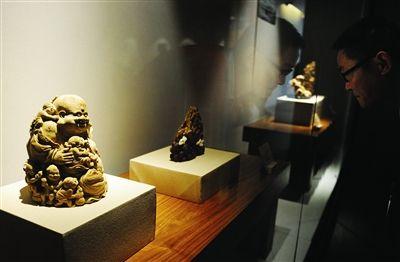 省博新館展出竹木雕藝術精品,引市民駐足觀看。