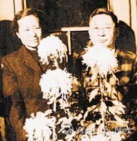 1952年,老舍夫妇在院内菊花丛中