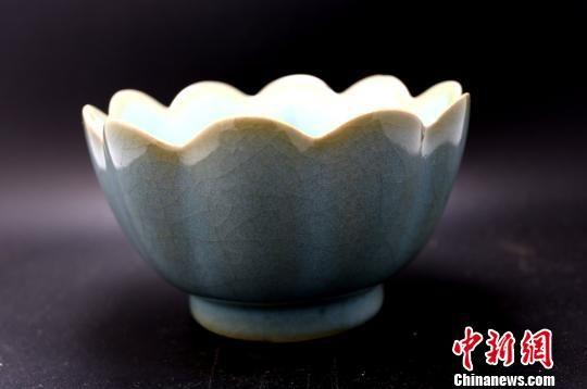 1月30日,河南鄭州,市民金先生展示家傳的一件宋代汝窯天青釉荷口注碗。 楊正華 攝