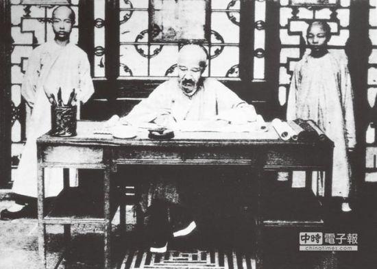清朝名臣張之洞(中)的潤筆費曾一字千兩。圖為其辦公的老照片。 (CFP)