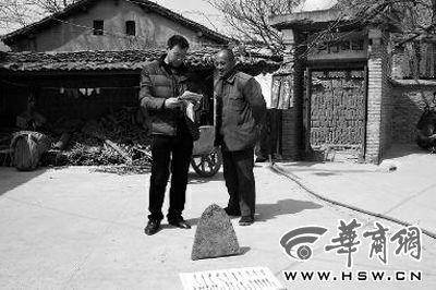 昨日,商洛市博物館工作人員(左)向李老漢講解最近出台的《陝西省群眾保護文物獎勵辦法》 華商報記者陳永輝攝