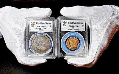 """資料圖:""""美國錢幣之王""""(左)和稀有的1822年5美元金幣。"""
