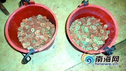 挖出的古錢幣整整裝了兩大桶,重達130多斤。